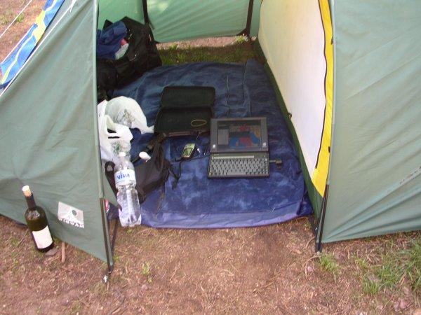Klart man kan ha dator med sig på tältsemester!!