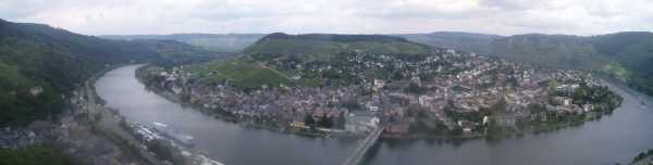 """Panoramabild från """"Svenskborgen"""" visar hur Mosel kröker runt Traben-Trarbach."""