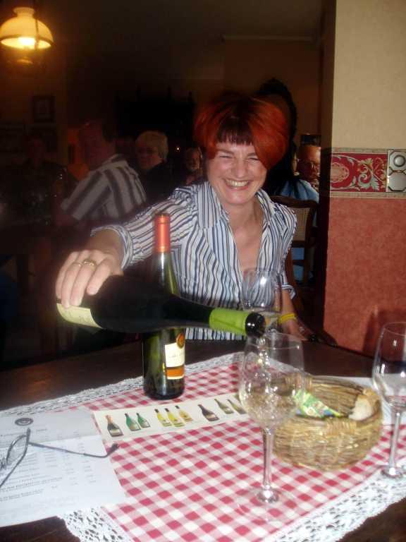 Vingårdföreståndarinnan Petra Ehrhard slår upp ett av sina viner.