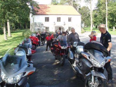 Efter sex mil var vi framme vid Rånäs. Solen sken och fikat stod färdigt.