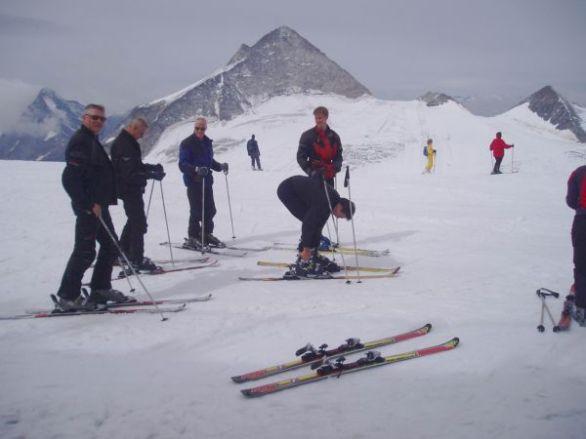 Efter den tredje kabinen kom man upp på toppen, 3250 m, av Hintertux glaciär.