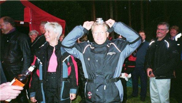 På party hos Skottska Pan-Clan klubben, där whisky on the head ingår som en käck tradition.