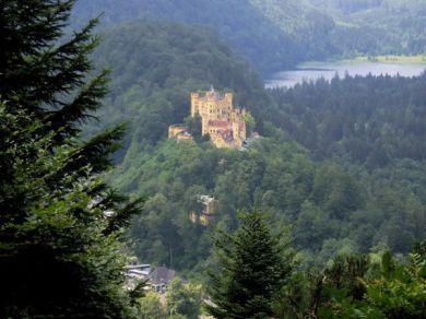 Från Hohenschwangau kunde man se över till granngården vid Neuschwanstein.