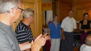 Frau Pröger med medhjälpare avtackas efter en fin vistelse med bra mat och dryck