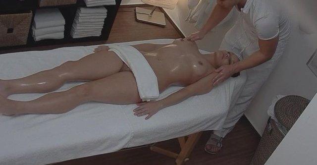 Bonne baise sur la table de massage