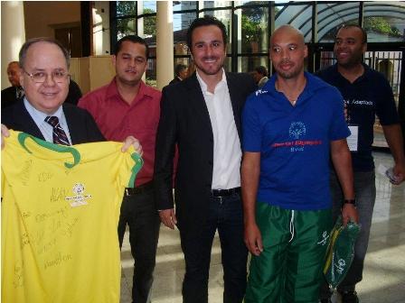 Seleção brasileira presenteia o embaixador do Brasil no Paraguai