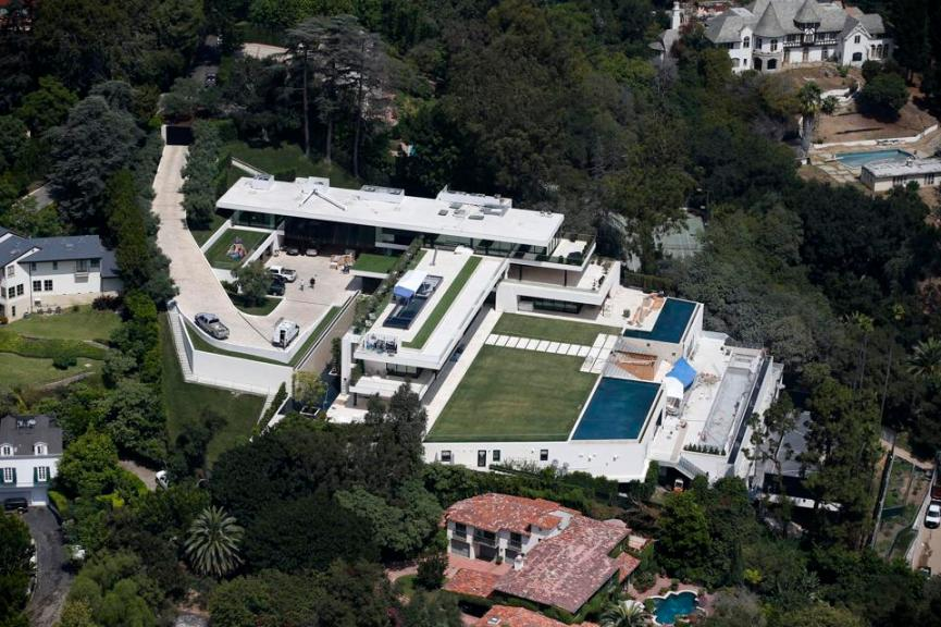 This is the incredible $88 million mansion Jay Z and Beyonce purchased in August 2017, the home has 8 bed, 11 bath and is 30,000 square feet
