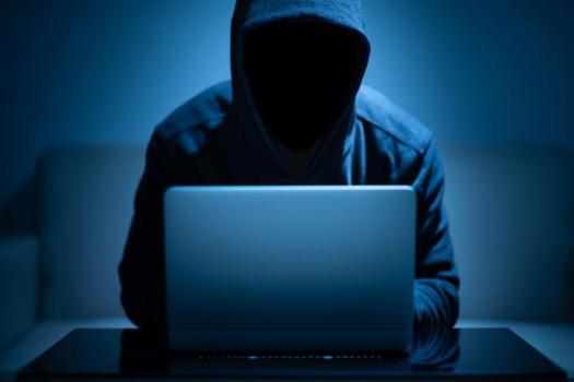 Pirate visage sombre à l'aide d'un ordinateur portable