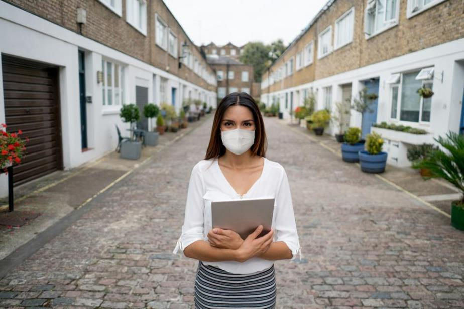 Real estate agent wearing a facemask while showing houses during the COVID-19 pandemic