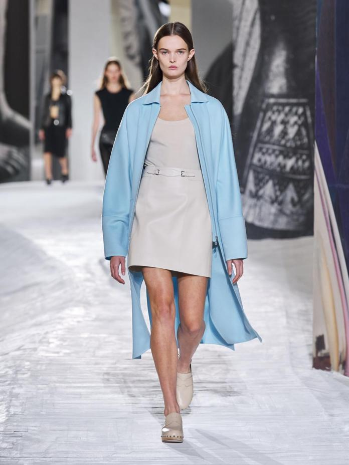 The long and short of it: a long coat over a miniskirt. A silhouette which finds its balance in the coat's large high waist pockets.