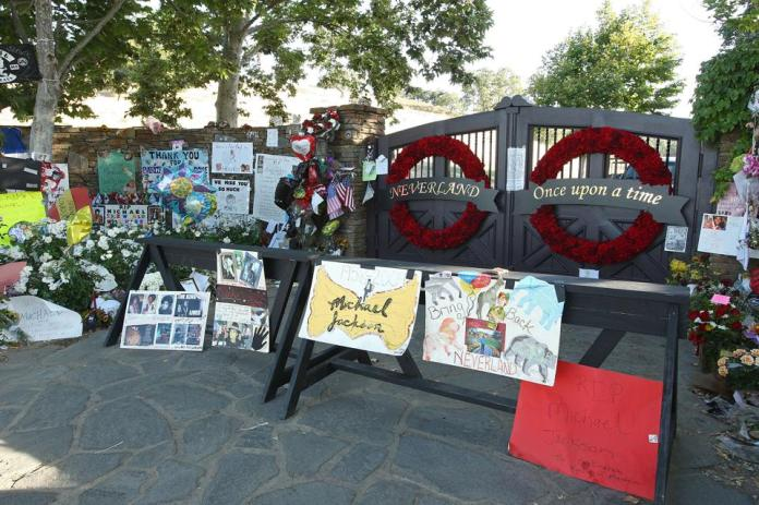Fans Pay Last Respects To Michael Jackson