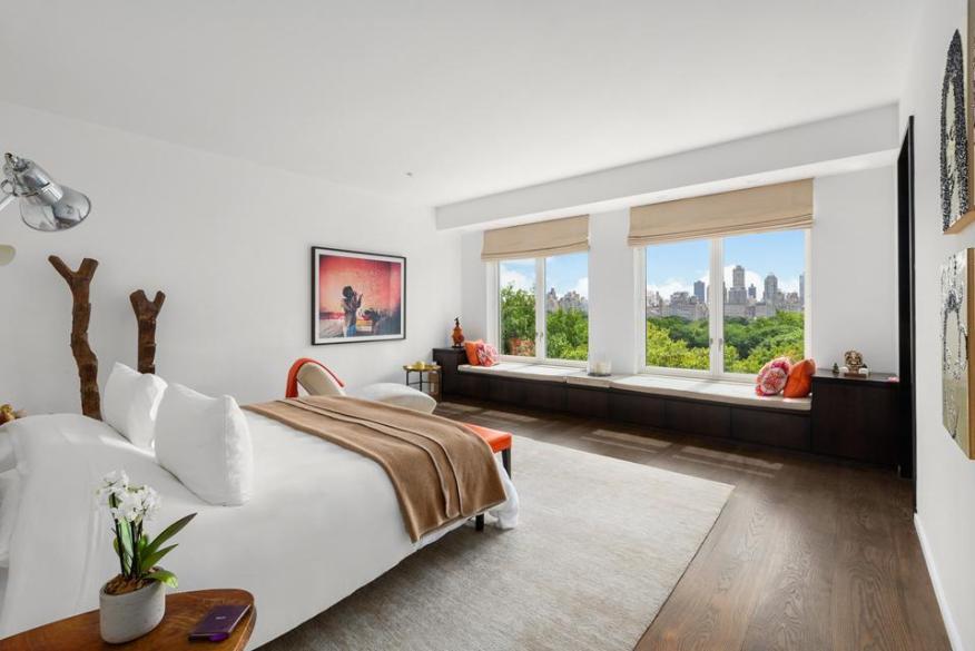 Просторная спальня с видом на город