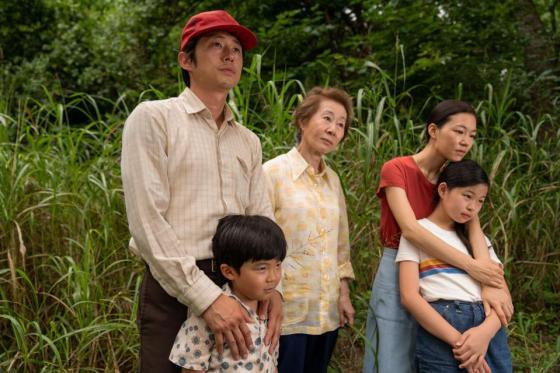 Pemeran film Minari berdiri bersama dalam sebuah adegan