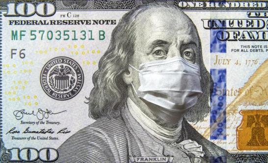 Koronawirus COVID-19 w USA, 100-dolarowy banknot z maską na twarz.  Koronawirus wpływa na światowy rynek akcji.