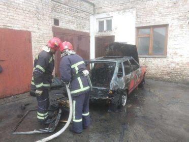 В Рівному пожежники загасили легкову автівку