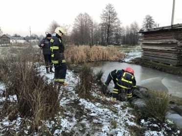 Рятувальники та поліція в Рокитному дістали тіло чоловіка із замерзлої водойми