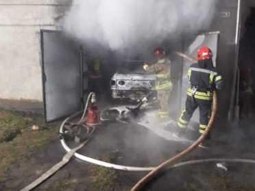 В Дубні бійці ДСНС гасили палаюче авто, щоб врятувати від пожежі будинок