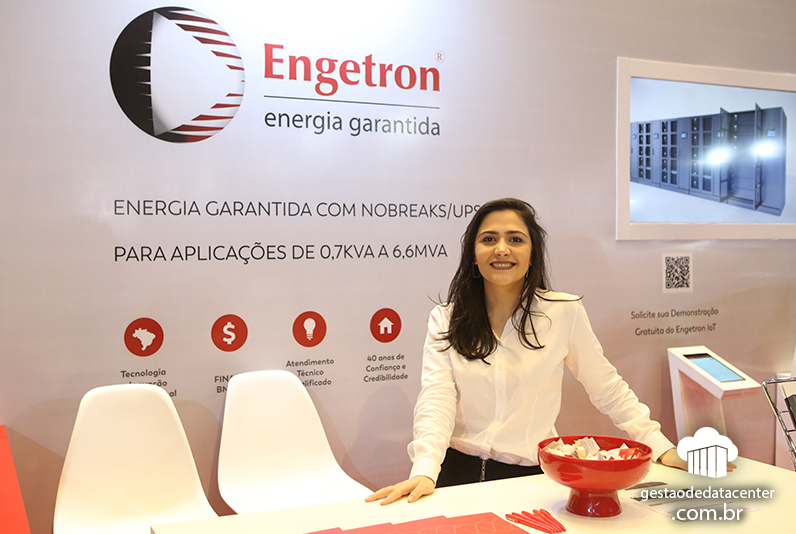 Letícia Ahouagi, gerente de Marketing da Engetron no estande da empresa, 12º Congresso RTI de Data Centers