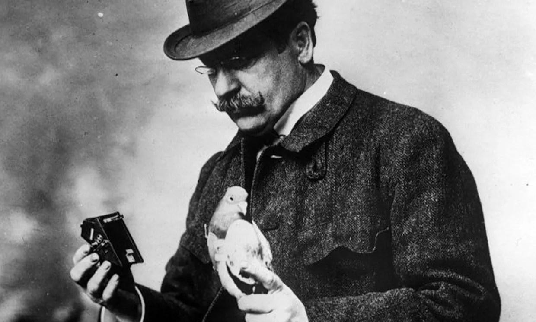 Au début des années 1900, Julius Neubronner utilisait des pigeons et des appareils photo pour prendre des photos de l'air, qu'il vendait comme carte postale.