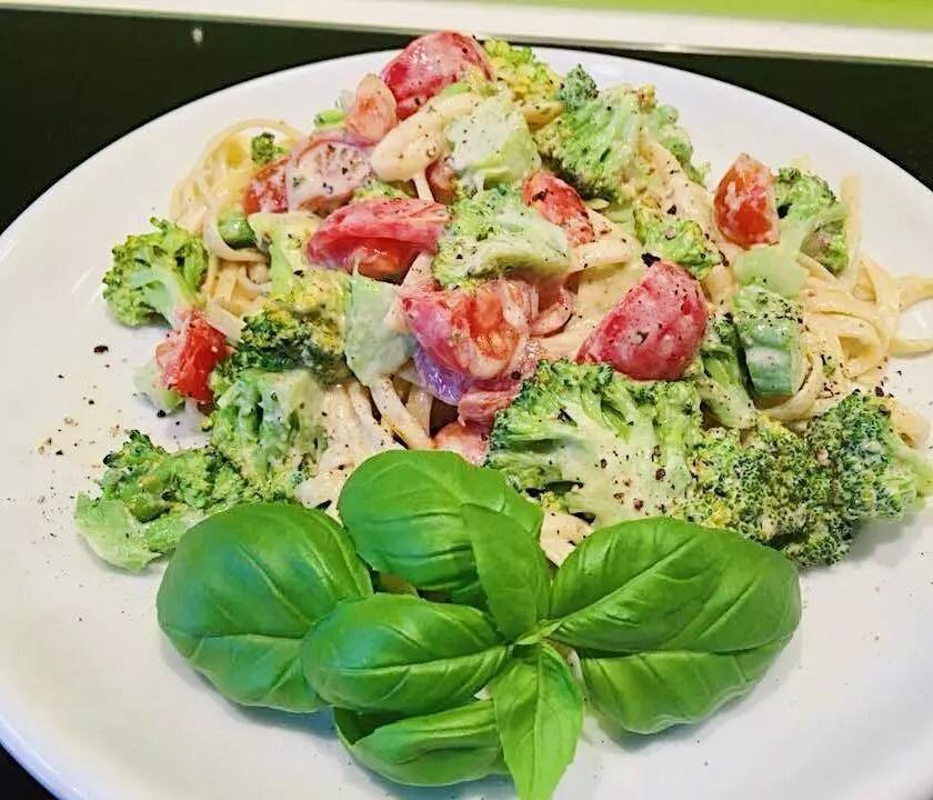 Bavette mit Sahne-Pesto, Naschtomaten, Broccoli und Räucherlachs