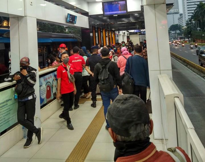 Antrean penumpang Trans Jakarta di hari pertama masusk kerja setelah work from home