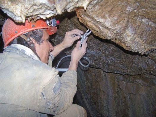Zakladanie svorky na horný koniec lana – min. po 2 ks na každé lano. Slučku zavesíme na kotvu, osadíme krytku,