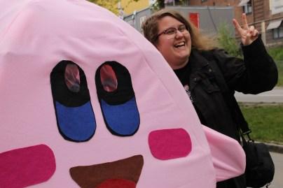 Kirby kom gående i kön utanför mässan!