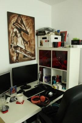 Staffes skrivbord i sovrummet.