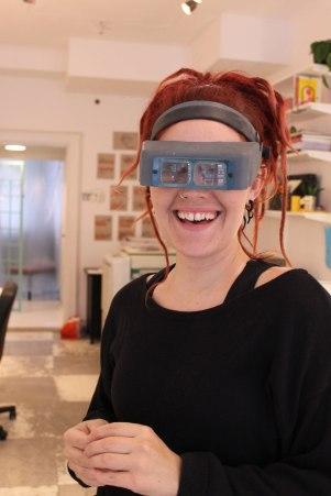 Förstoringsglasögonen är redo när hon jobbar med miniatyrer.