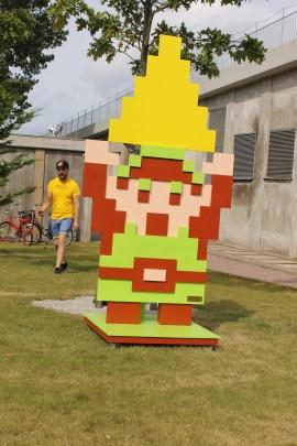 En gigantisk Link mötte en utanför, för att markera att årets mässa har Zelda-tema.