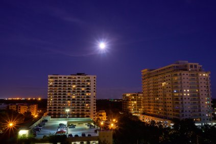 Incredibly clear sky, downtown Orlando, FL.
