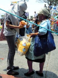 Huelga participant buying popcorn mid-march