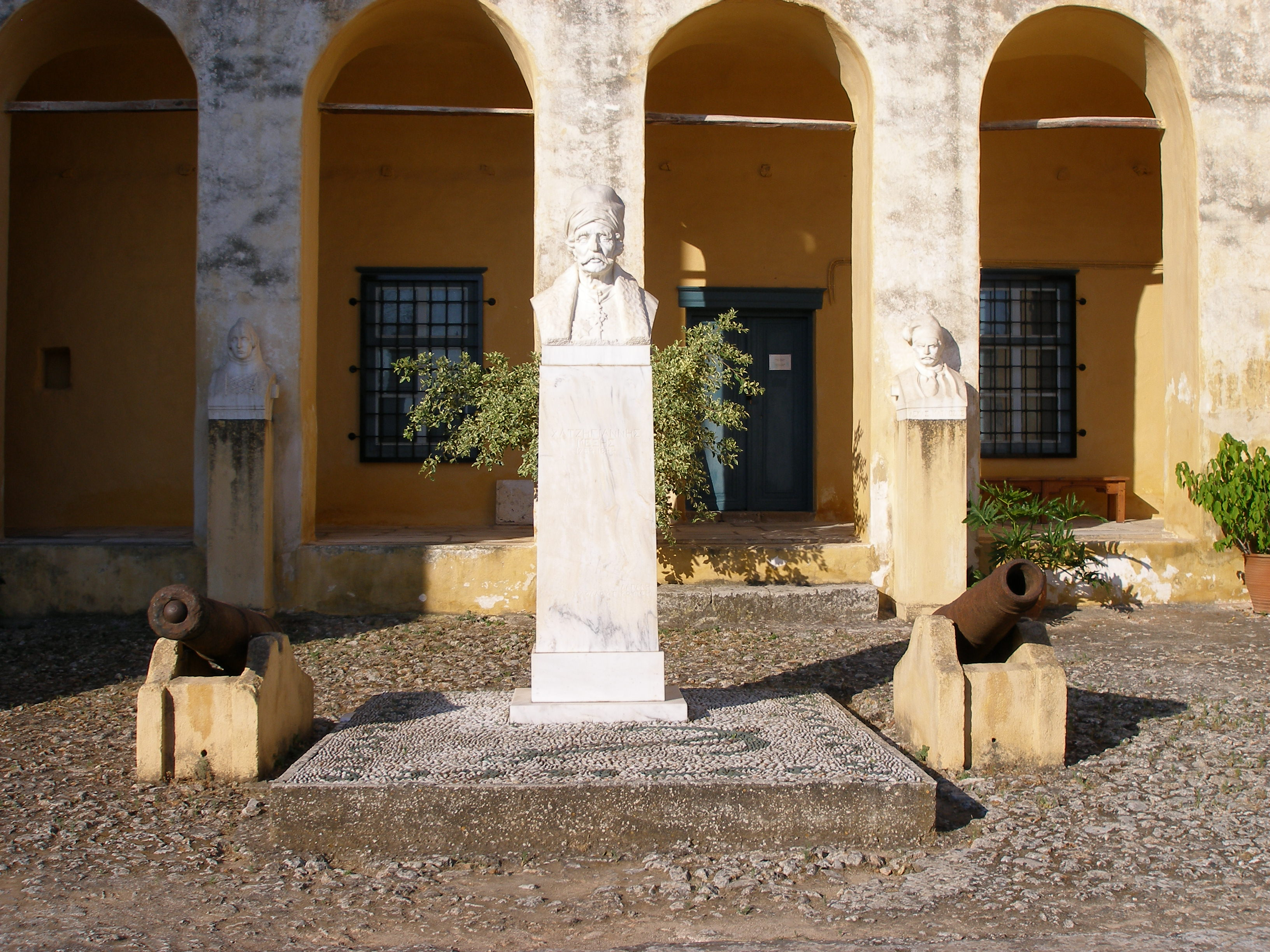 Η προτομή του Χατζηγιάννη Μέξη στον αύλειο χώρο του Μουσείου Σπετσών
