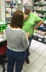 Frau Illiopoulou und Nikolaos besprechen sich über weiteren Apothekenbedarf