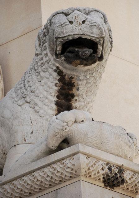 Vid Sankt Domnius katedral vakar ett blodtörstigt lejon med ett nyslaget lamm under klorna.