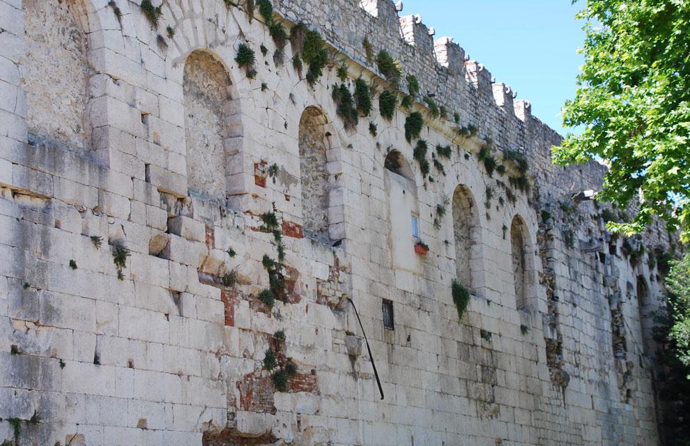 En del av det romerska palatset från 300-talet. Det stora palatset är en av de största bevarade romerska byggnaderna i världen.