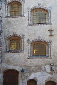 Fönsterna på Åbo slott är osymmetriskt utplacerade och i alla former och storlekar