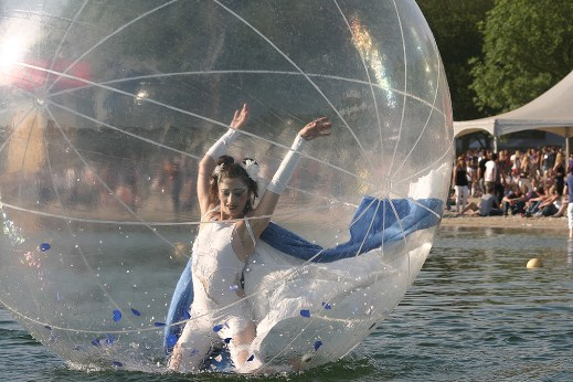 Onde Oceane, dancer in a floating ball