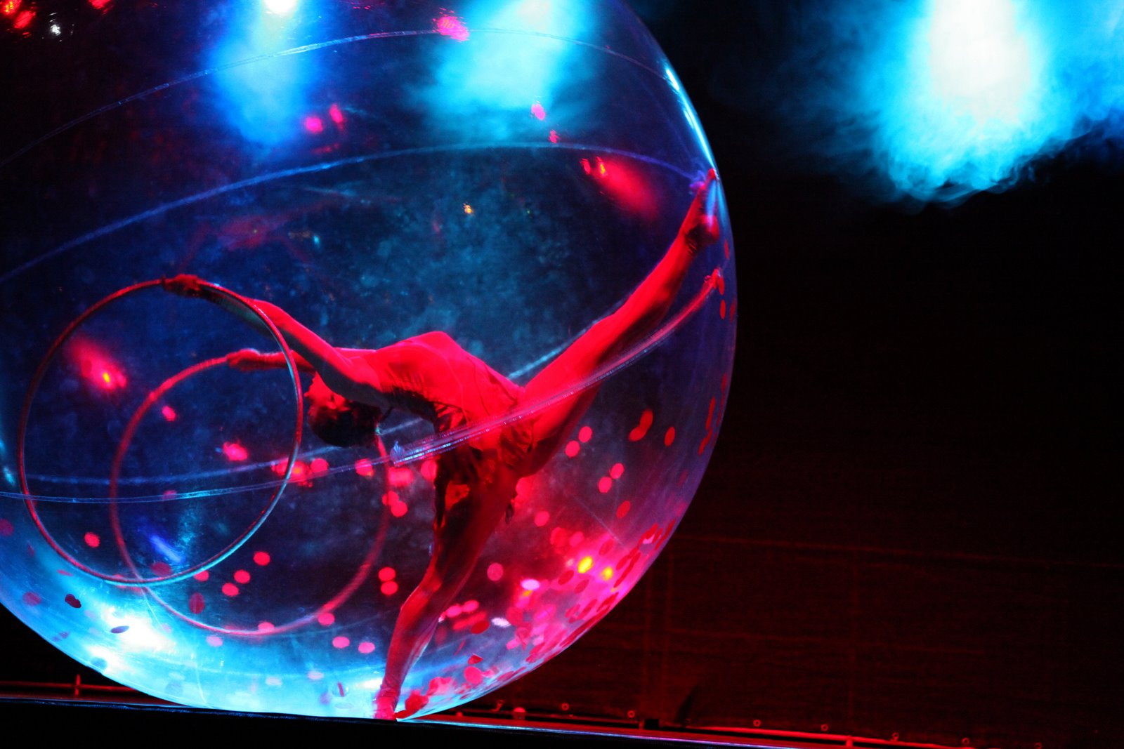 hula-hoop,  dance in transparent spheres