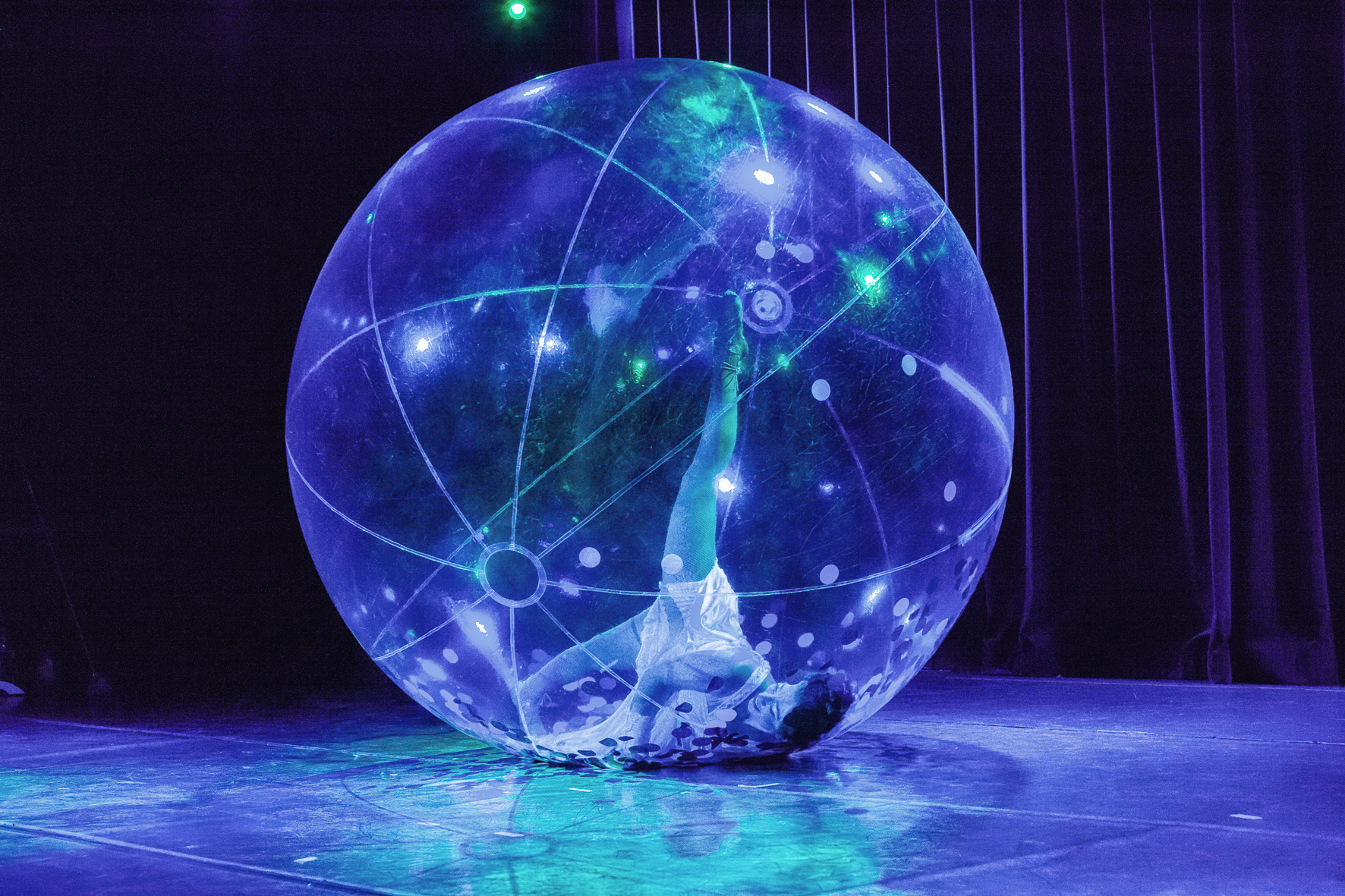 Spheric E-motion Bubble dance show with Emilie Bajard.