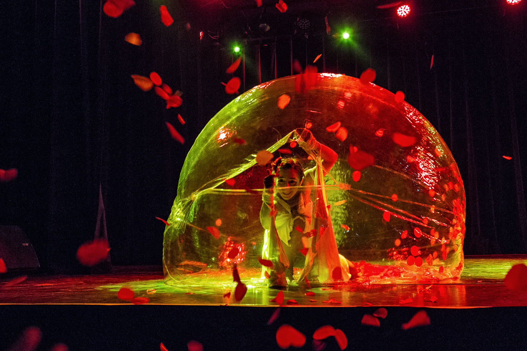 Spheric E-motion Bubble dance show.