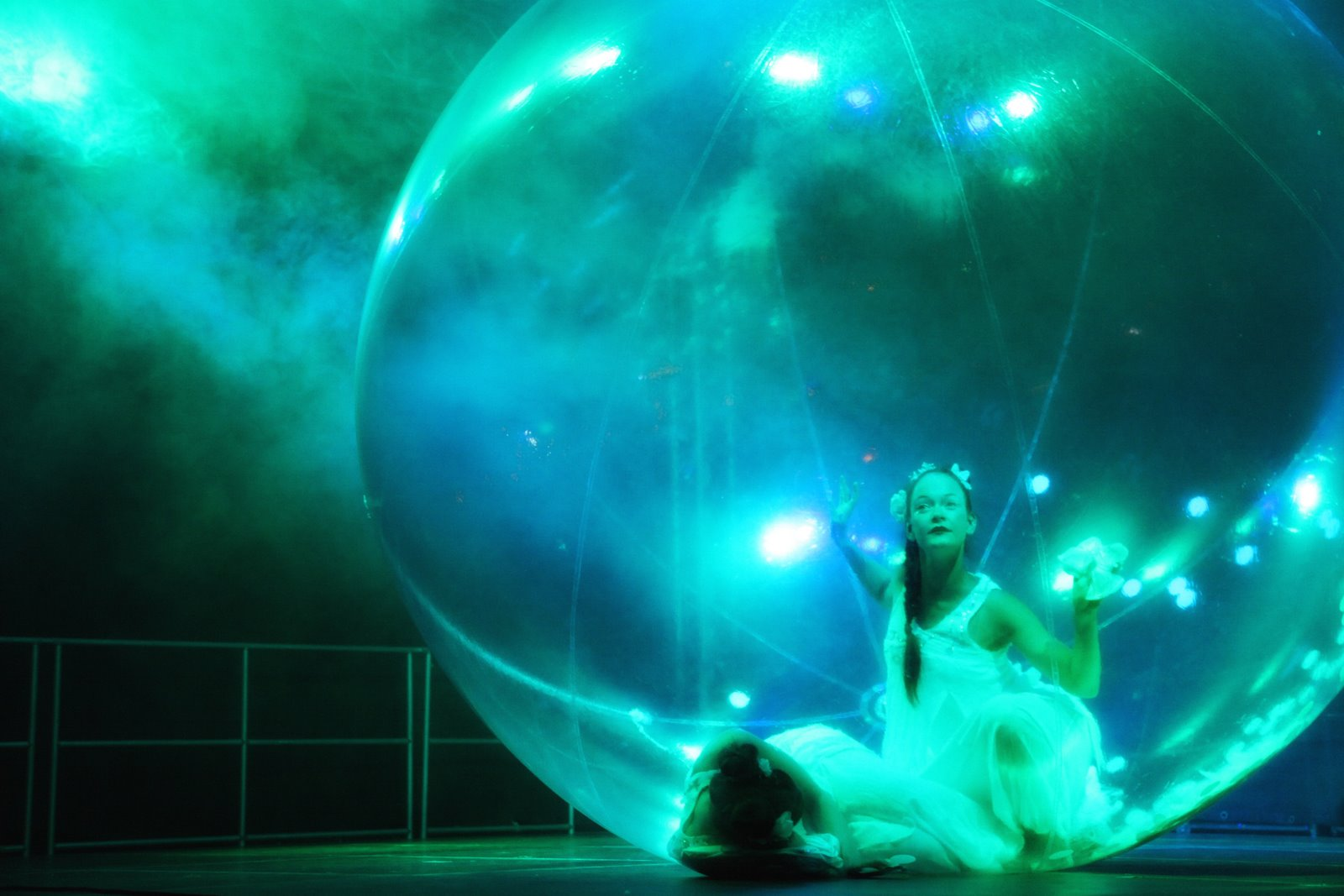 Anémones, dance contact in a cristal globe