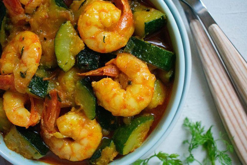 Langostinos al curry con calabacín