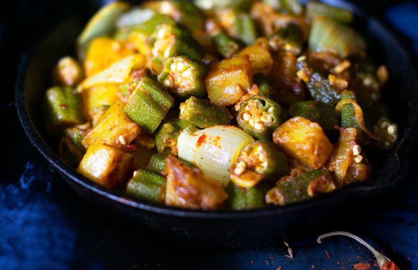 Salteado de okra con patatas al curry (Aloo Bhindi)