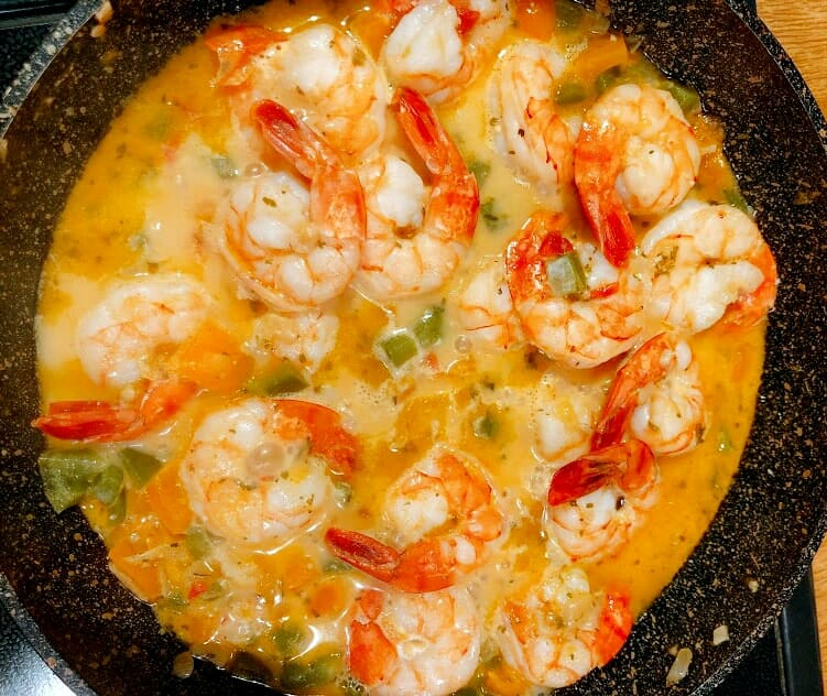 Add broth or wine or mix of both to the prawns