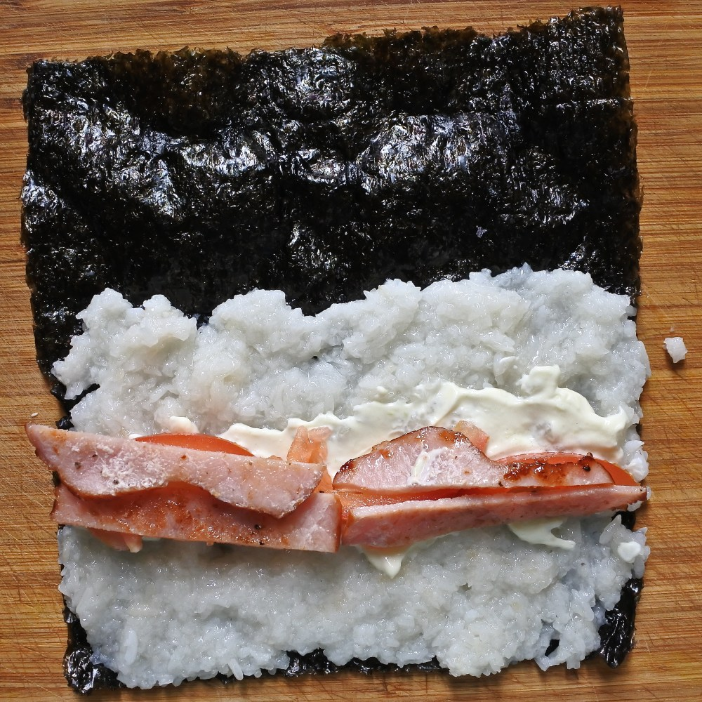 nori sheet with sliced tomatoes and bacon