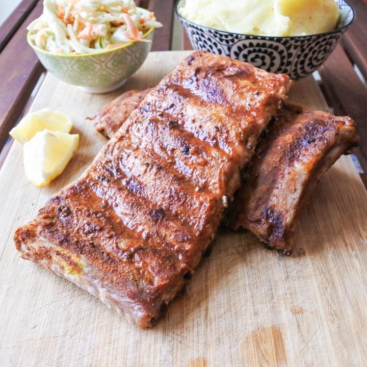 Pork ribs with mashed potatoes, coleslaw and lemon