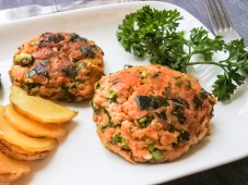 Salmon cakes with fried potatoes and parsley