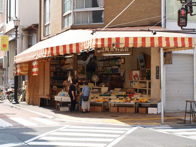 オランダ通りと県庁通りの交差地点にある青果店