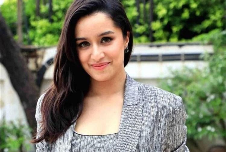Shraddha Kapoor Flawless Glow On Face Secret Is Lots Of Water - श्रद्धा कपूर की खूबसूरत त्वचा का राज जान हो जाएंगे हैरान, रोजाना करती हैं ये छोटा सा काम - Amar